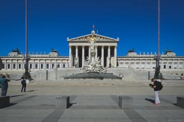 Le Parlement, d'architecture Néo-classique inspiré de la Grèce Antique. Devant, trône la déesse Athéna.